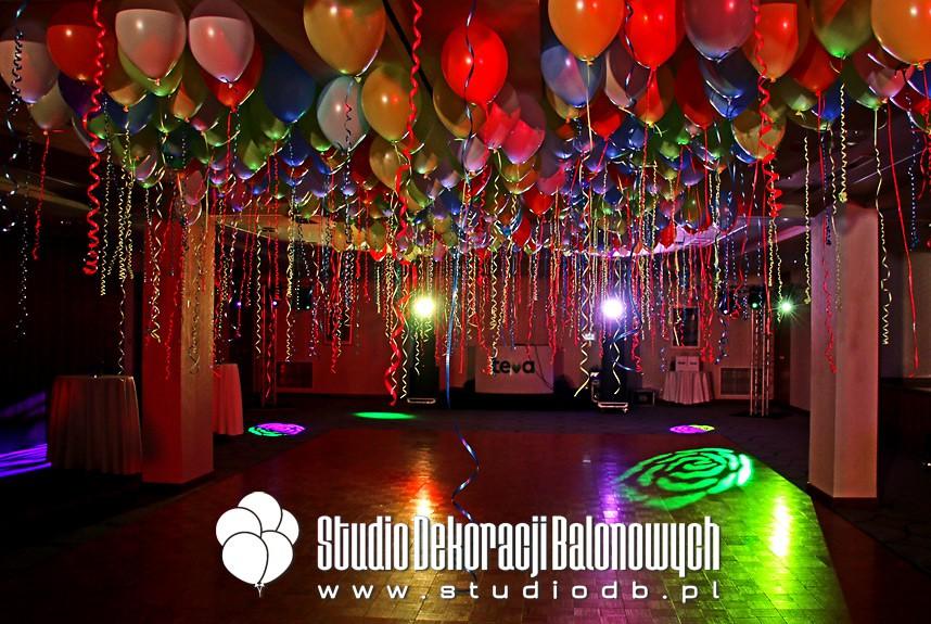 Balony z helem i ledami jako dekoracja parkietu