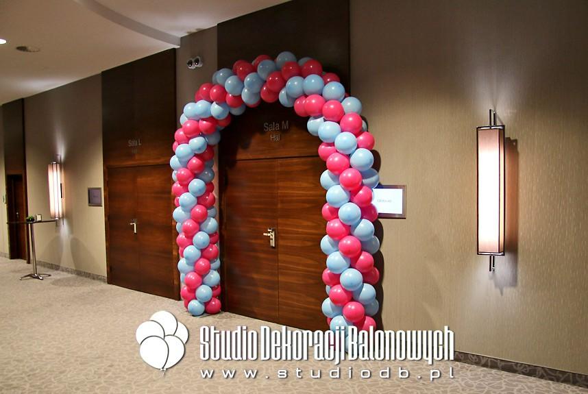 Brama balonowa jako dekoracja wejścia do sali konferencyjnej