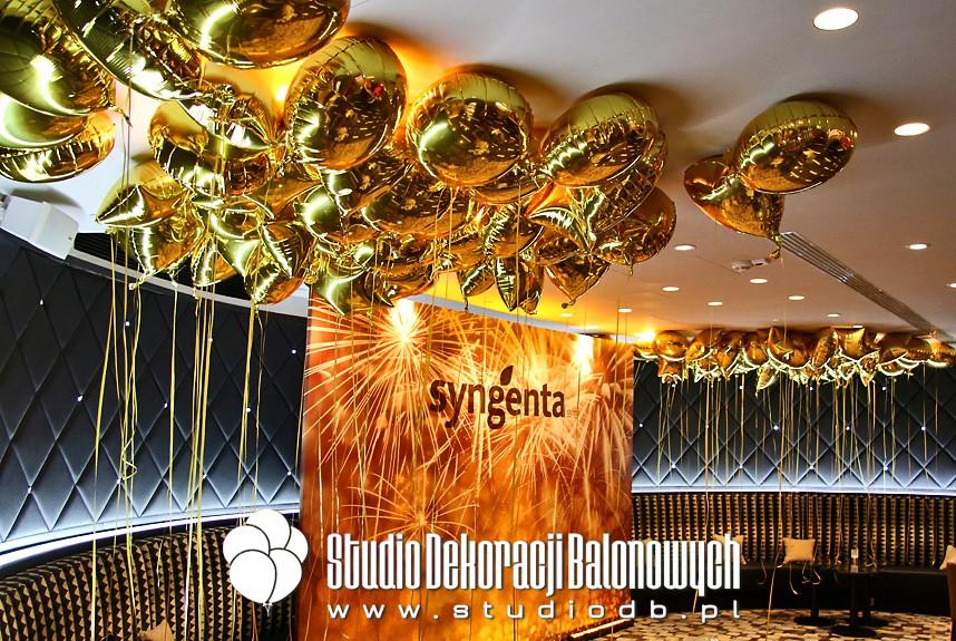 Foliowe balony z helem jako dekoracja podczas eventu firmowego