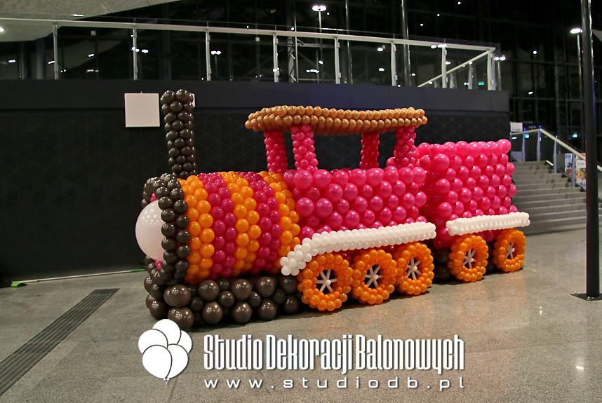 Balonowa lokomotywa jako dekoracja promocyjna