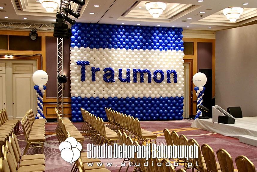 Ściana balonowa na konferencji firmowej dla marki Traumon