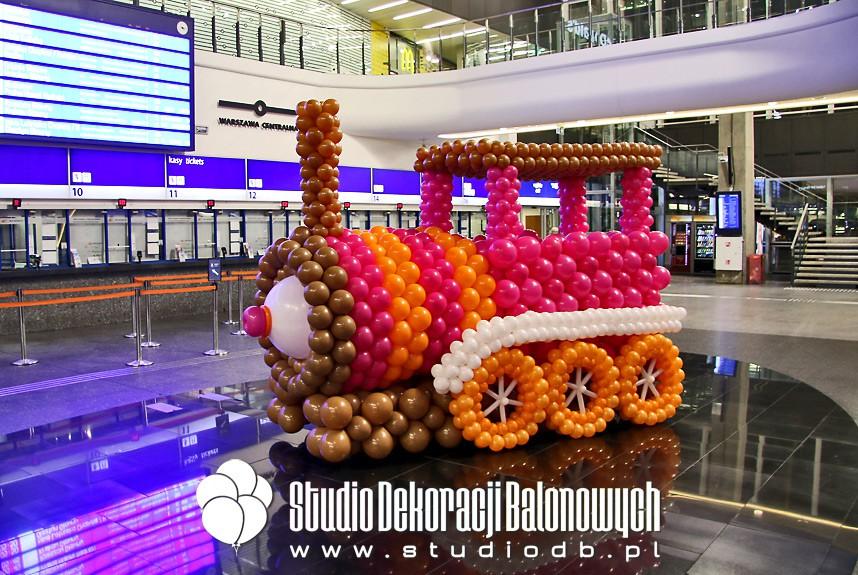 Lokomotywa z balonów jako dekoracja promocyjna