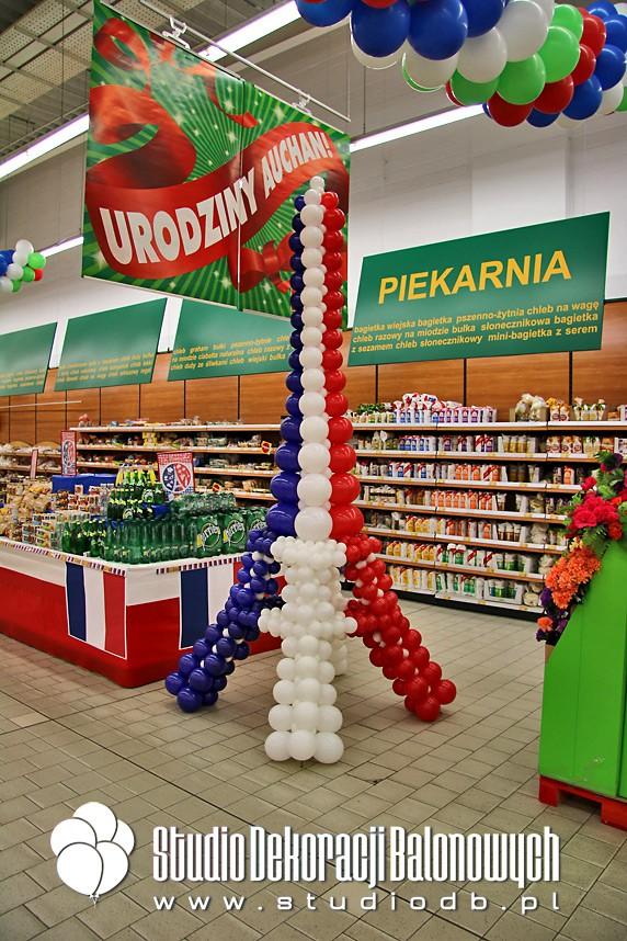 Balonowa wieża Eiffla jako dekoracja tematyczna strefy w supermarkecie Auchan