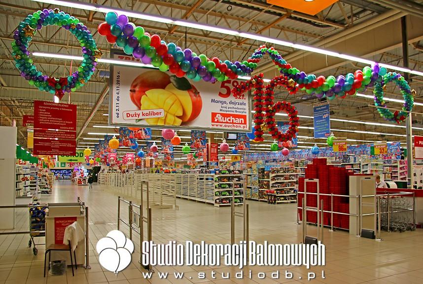 Balonowe dekoracje Świąteczno-urodzinowe dla supermarketu Auchan