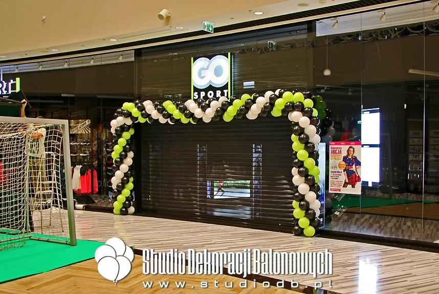 Brama balonowa jako dekoracja wejścia do sklepu Go Sport
