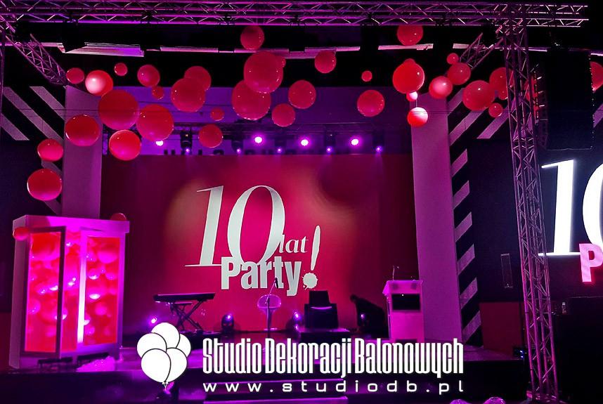 Scenografia z balonów jako dekoracja gali 10-lecia Magazynu Party