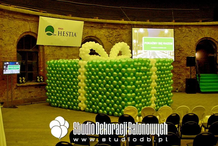 Prezent balonowy na prezentacji nagrody-samochodu dla firmy Ubezpieczeniowej Hestia