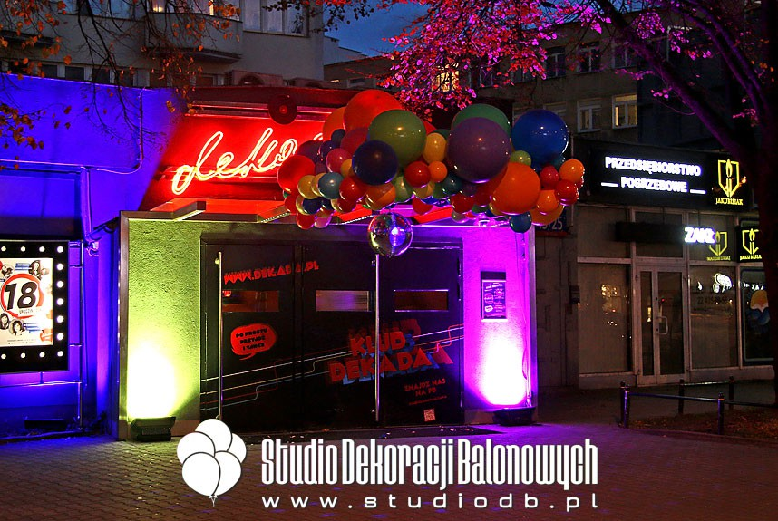 Dekoracja balonowa wejścia do klubu w temacie DISCO