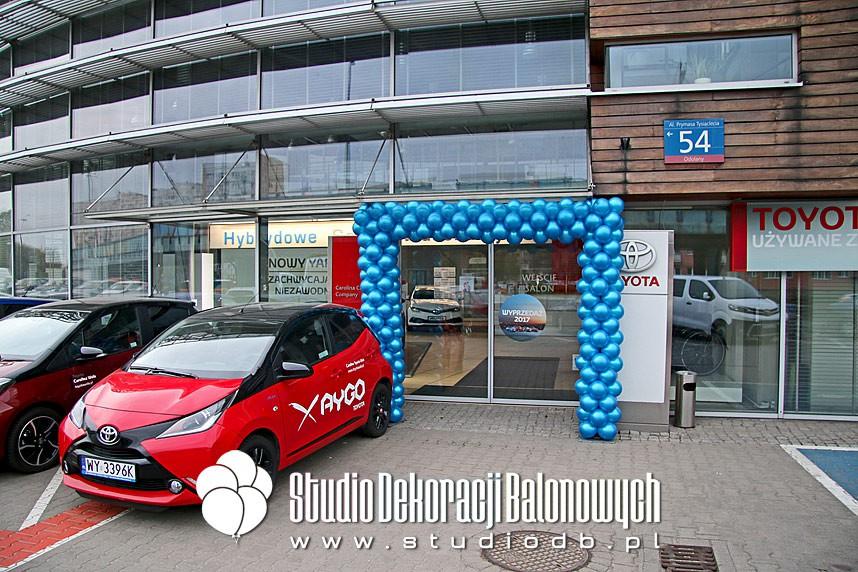 Brama z balonów podczas dni otwartych w salonie samochodowym Toyota Wola w Warszawie
