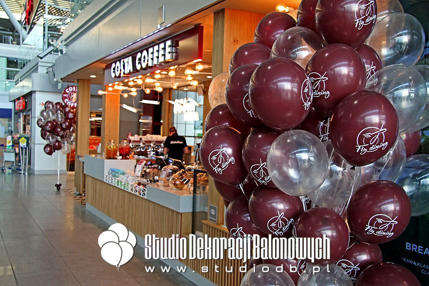 Stroiki z balonów z helem jako dekoracji nowego punktu Costa Coffee