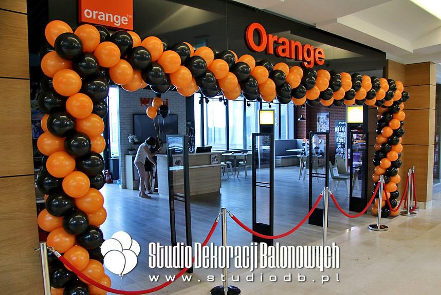 Brama balonowa jako dekoracja na otwarciu salonu Orange
